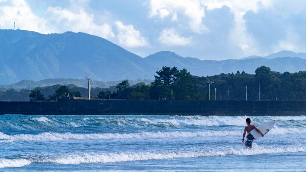 入野海岸のサーファー