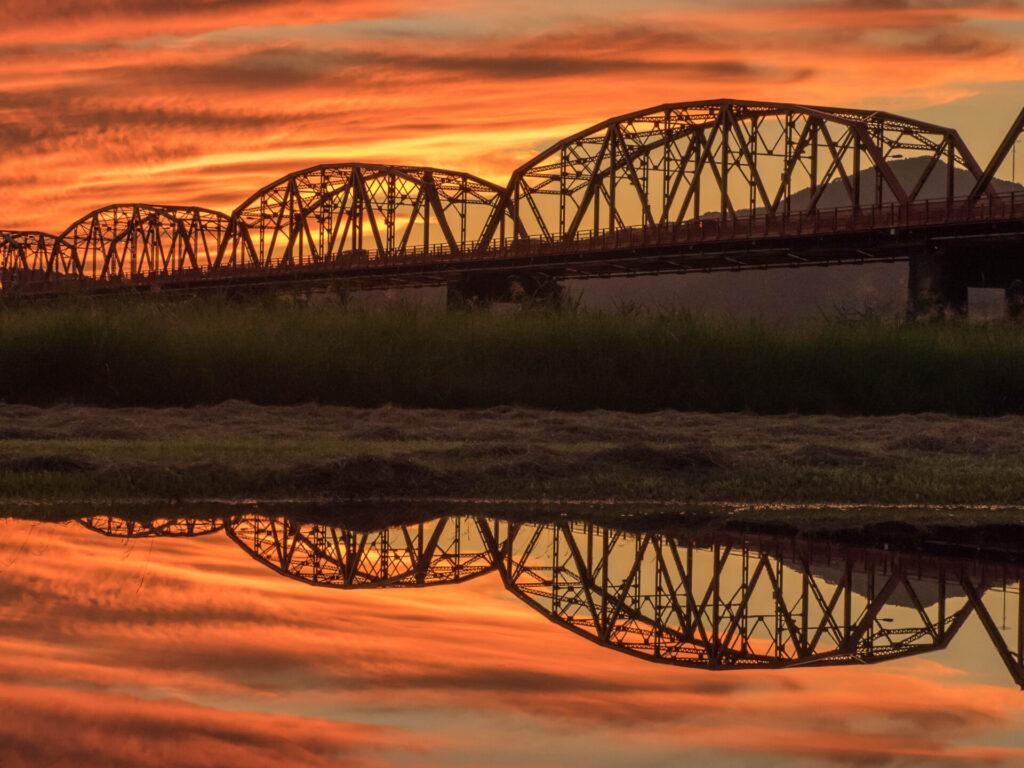 夕日に染まる赤鉄橋