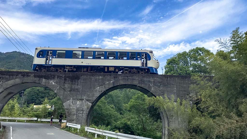 西ケ方駅近くのアーチ橋とホビートレイン(高知県西土佐)