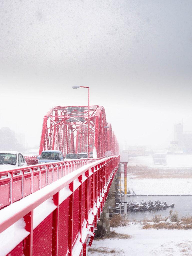 雪化粧の赤鉄橋