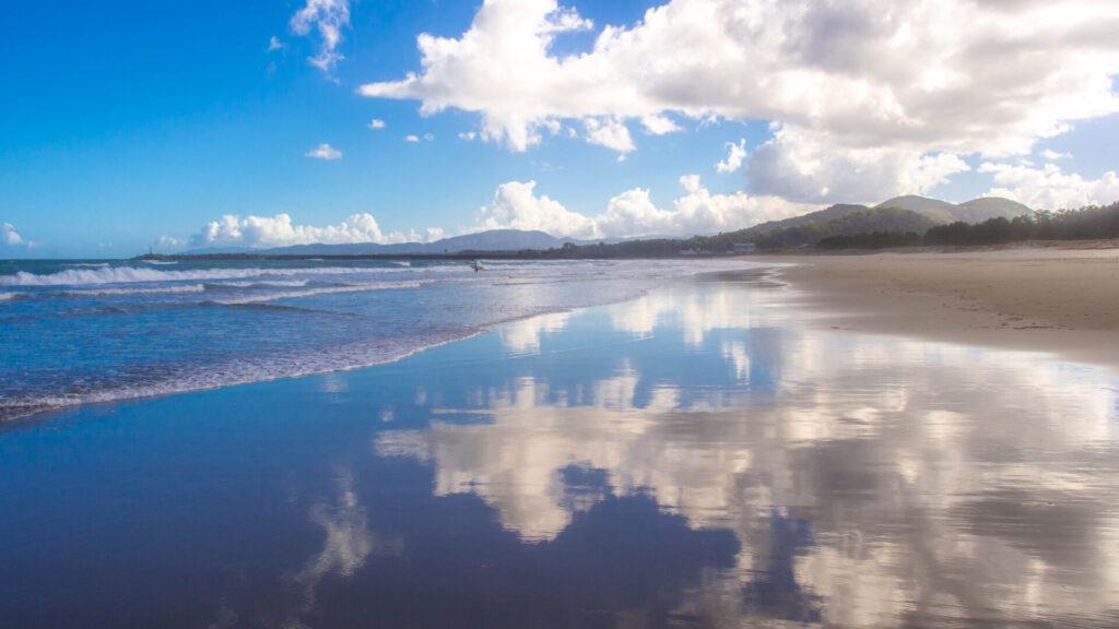 空を映す入野海岸